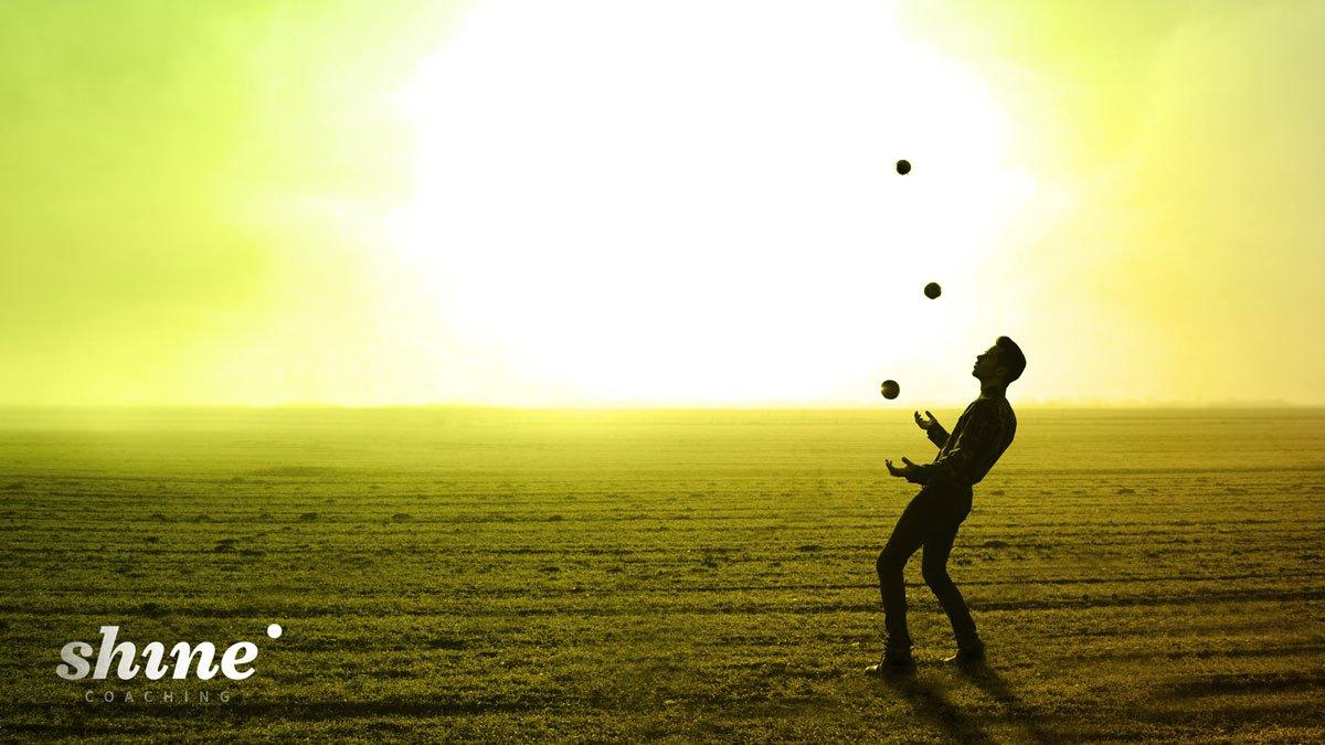 Hombre jugando a malabares con pelotas haciendo referencia al discurso de Brian Dyson sobre las cinco pelotas de la vida