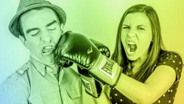 Una mujer con guantes de boxeo golpea a un hombre para simbolizar una de las 4 toxinas del trabajo en equipo: el menosprecio