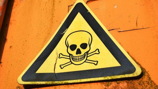 Señal alertando de productos tóxicos